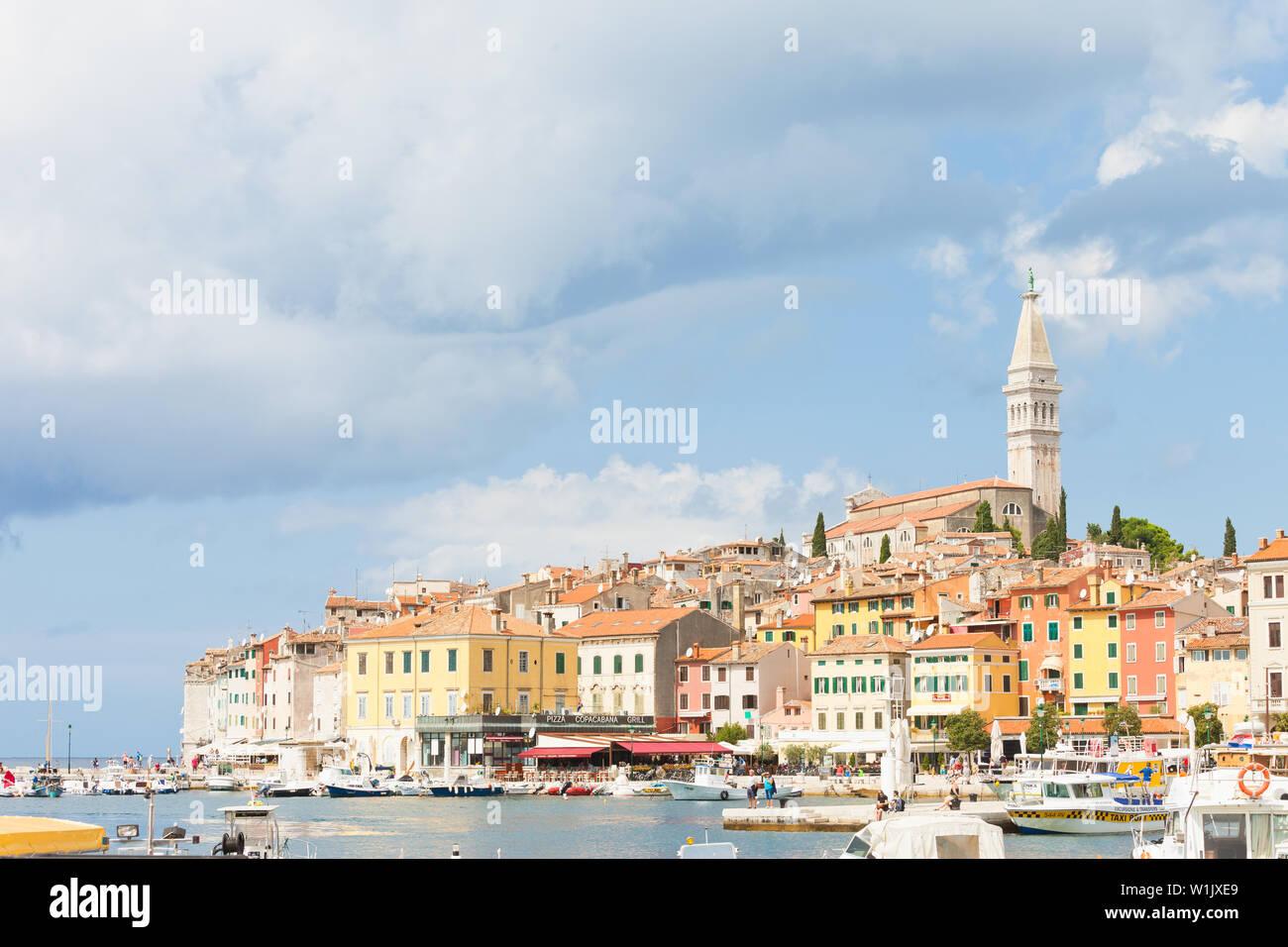 Rovinj, Kroatien, Europa - September 2, 2017 - Boote am Hafen von Rovinj Stockfoto