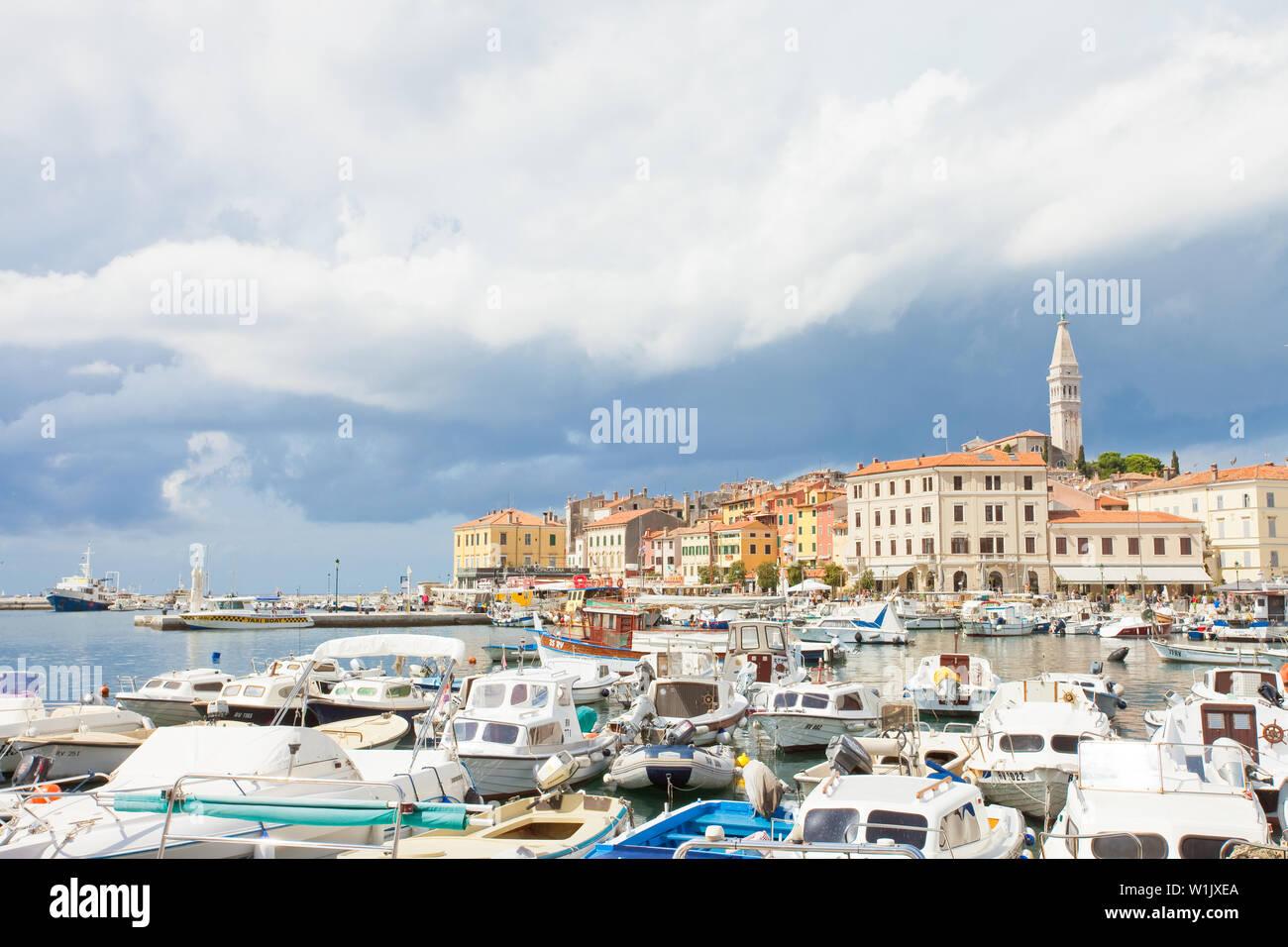 Rovinj, Kroatien, Europa - September 2, 2017 - viele Motorboote am Hafen von RovinjMany Motorboote am Hafen von Rovinj Stockfoto