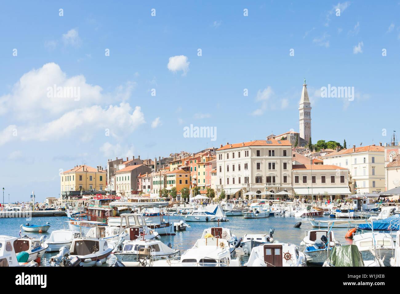 Rovinj, Kroatien, Europa - September 2, 2017 - günstig chartern Motorboote am Hafen von Rovinj Stockfoto