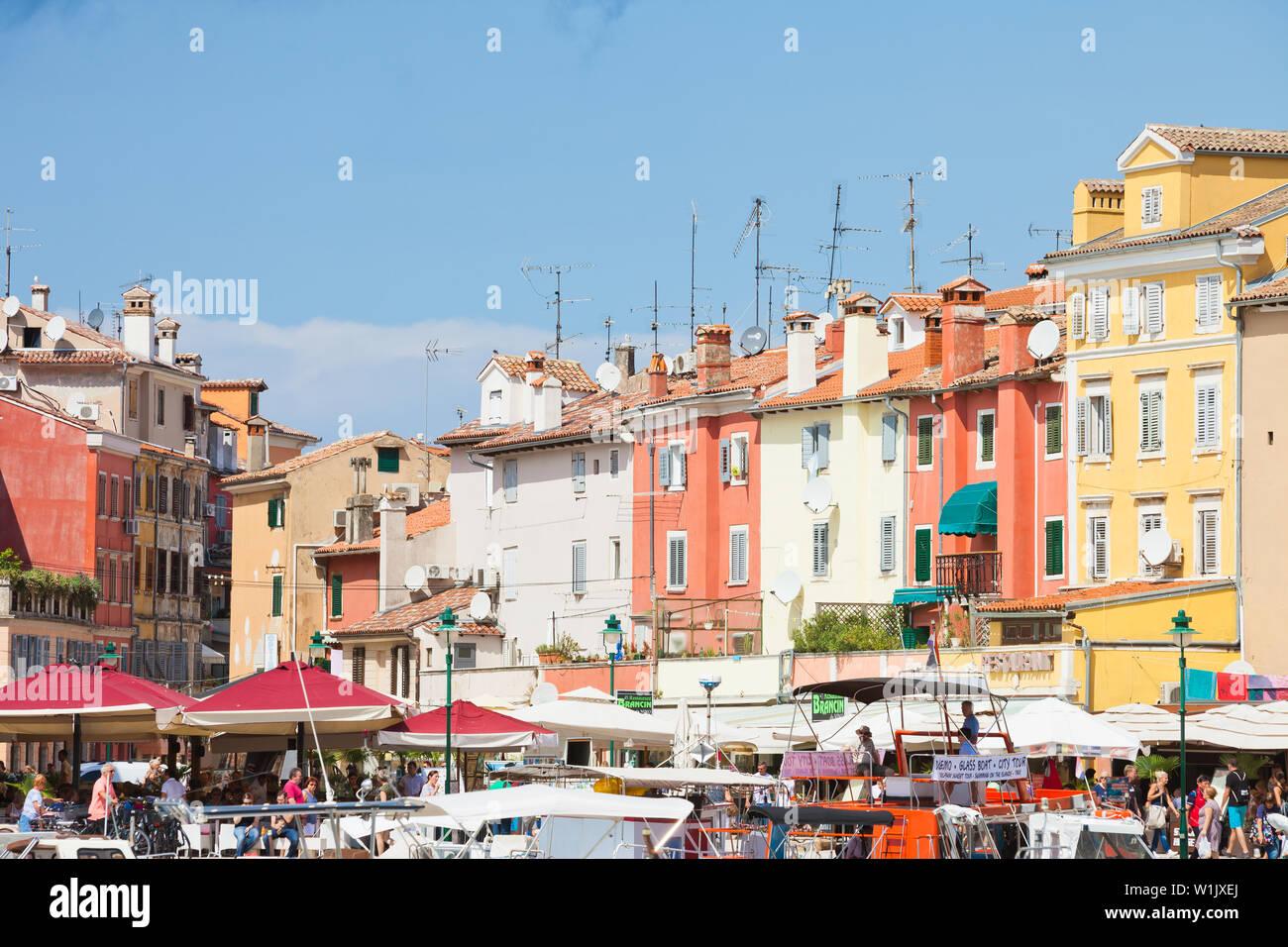 Rovinj, Kroatien, Europa - September 2, 2017 - Touristen, Boote und Häuser am Hafen von Rovinj Stockfoto