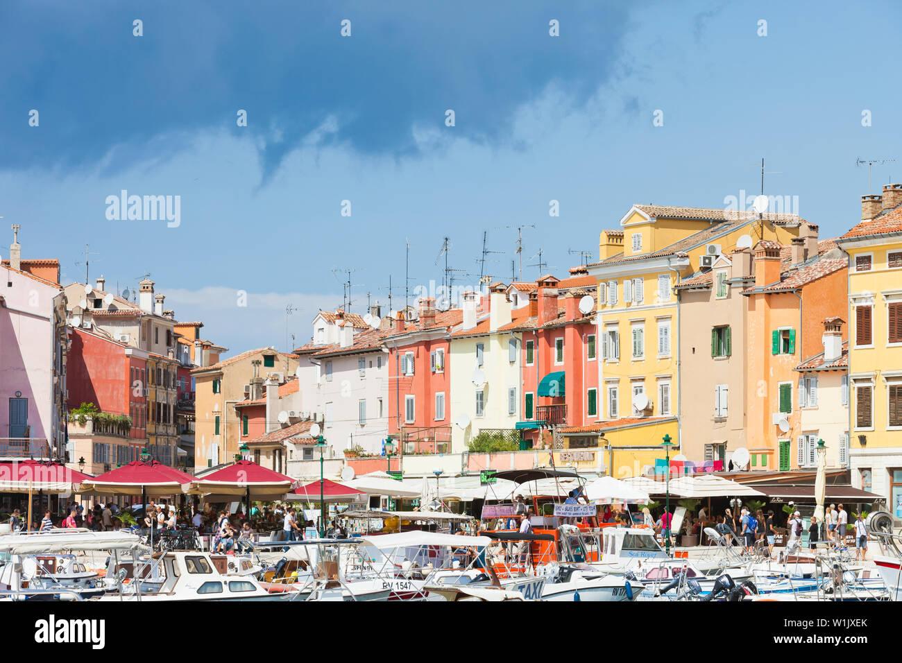 Rovinj, Kroatien, Europa - September 2, 2017 - Touristen, Boote und Restaurants am Hafen von Rovinj Stockfoto