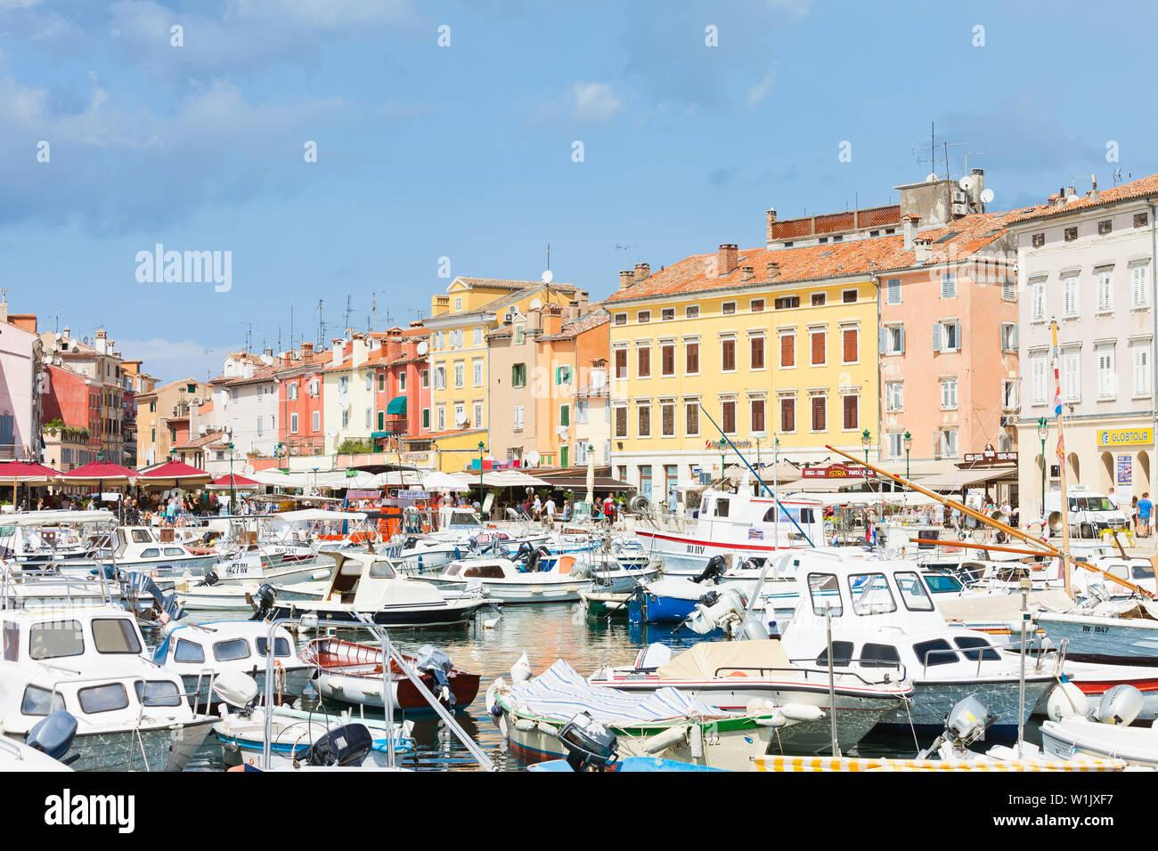 Rovinj, Kroatien, Europa - September 2, 2017 - Zahlreiche Motorboote am Hafen von Rovinj Stockfoto