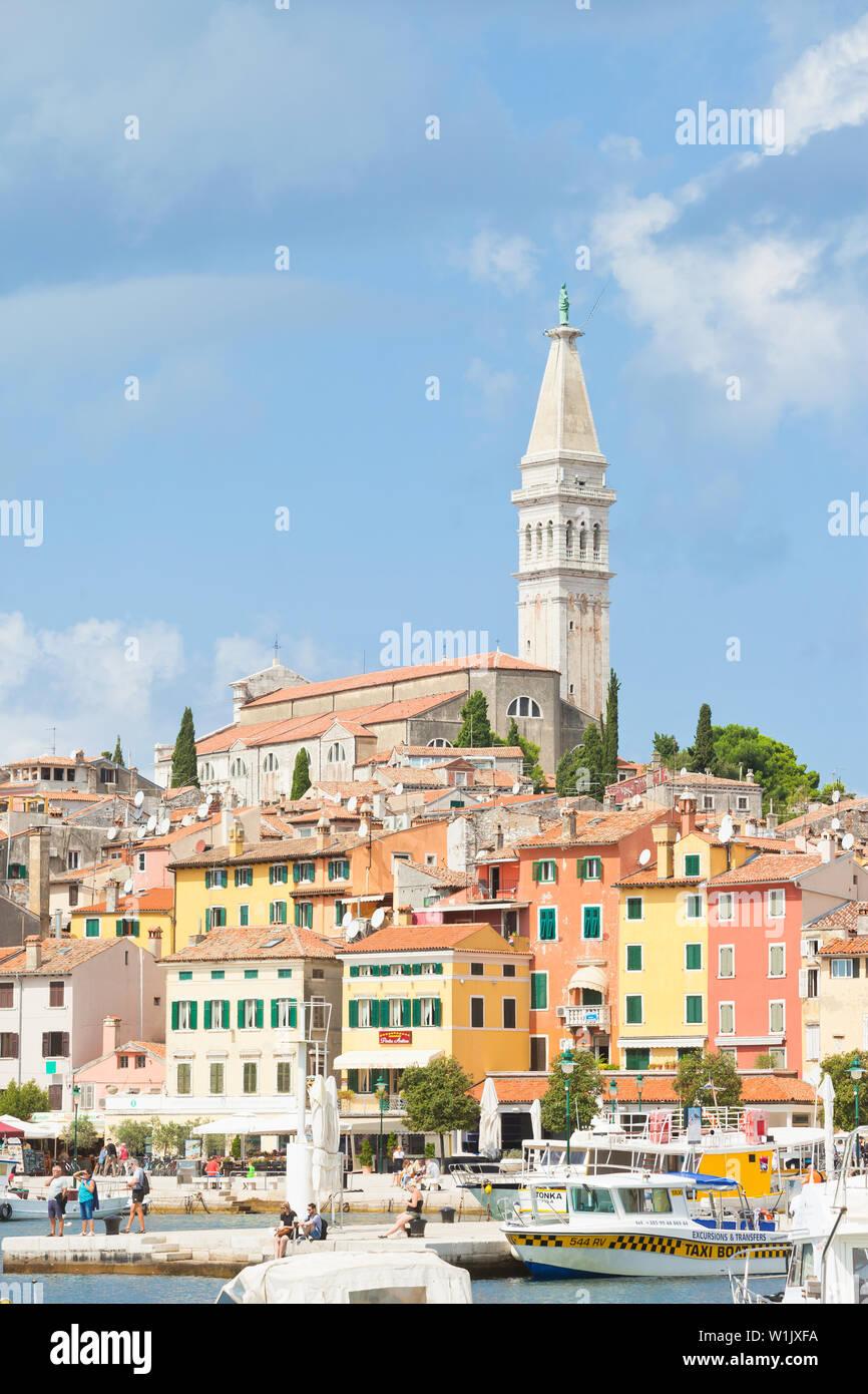 Rovinj, Kroatien, Europa - September 2, 2017 - Touristen am Kai der Hafen in Rovinj Stockfoto