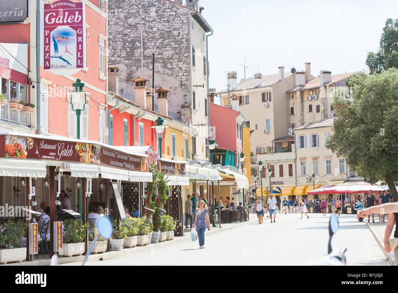 Rovinj, Kroatien, Europa - September 2, 2017 - Touristen in den Gassen von Rovinj Stockfoto