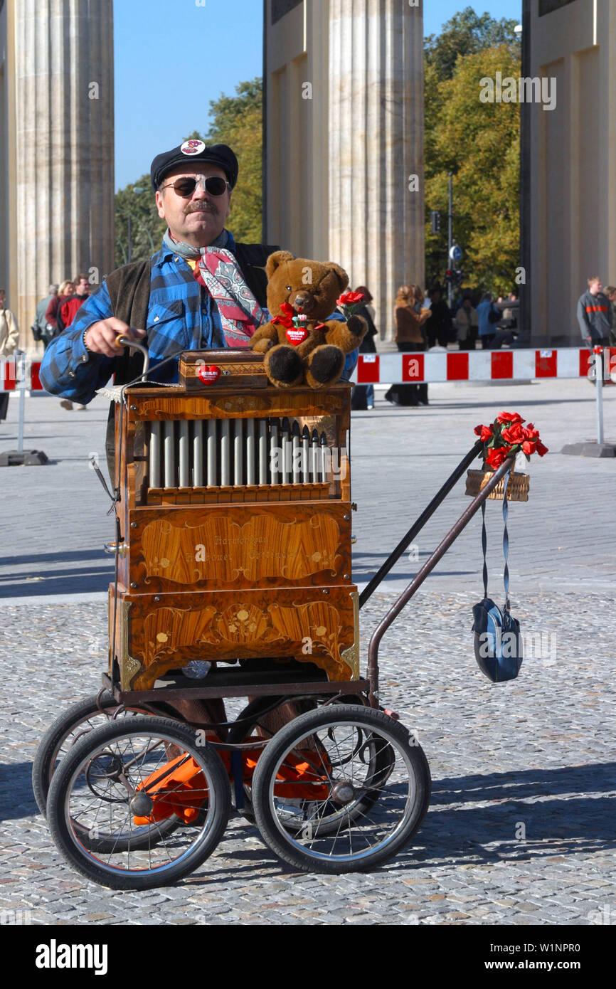 Berlin, Brandenburger Tor, Mann mit Drehorgel und Berliner Bär Stockfoto