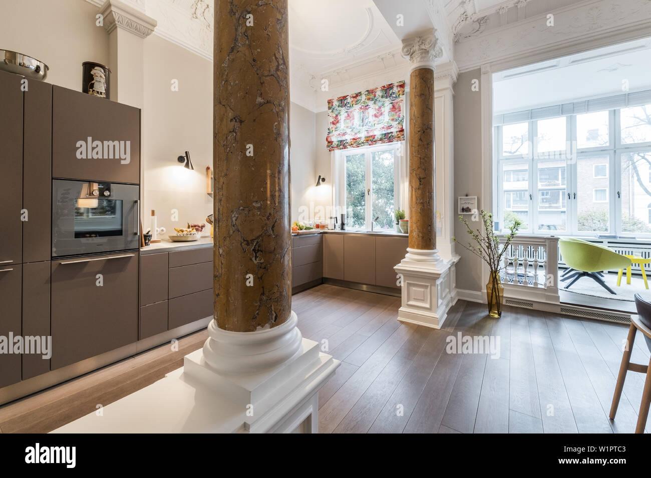 Küche und Wohnbereich in einem modern eingerichteten ...