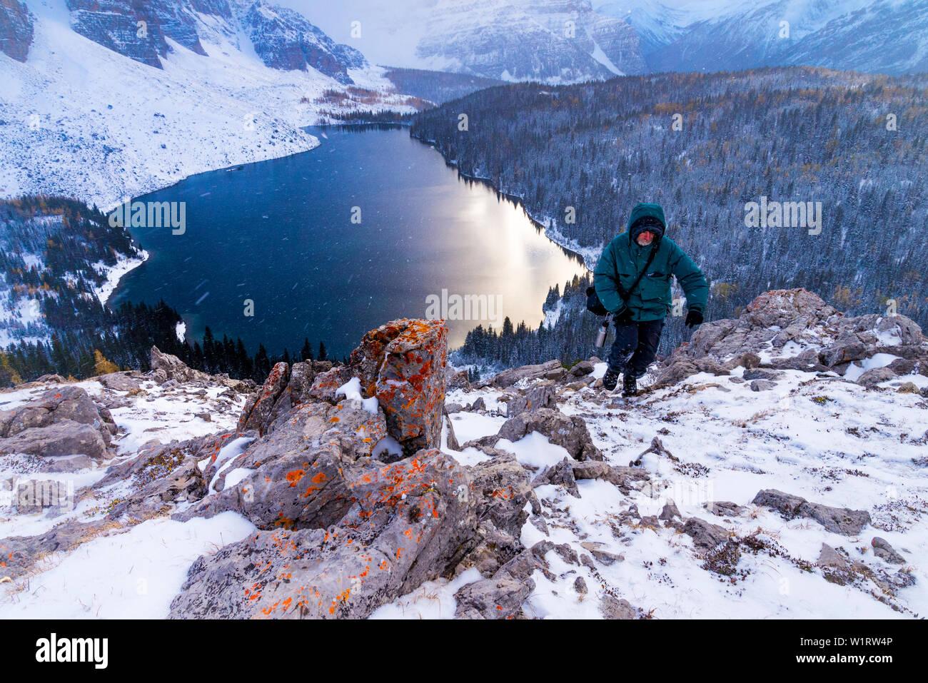 Menschen wandern in der winterlichen Witterung, die Nublet, Mount Assiniboine Provincial Park, British Columbia, Kanada Stockfoto