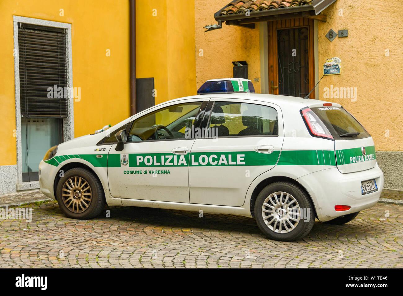VARENNA, Comer See, Italien - JUNI 2019: Streifenwagen der Polizei in einer Straße in Varenna, Italien geparkt. Stockfoto