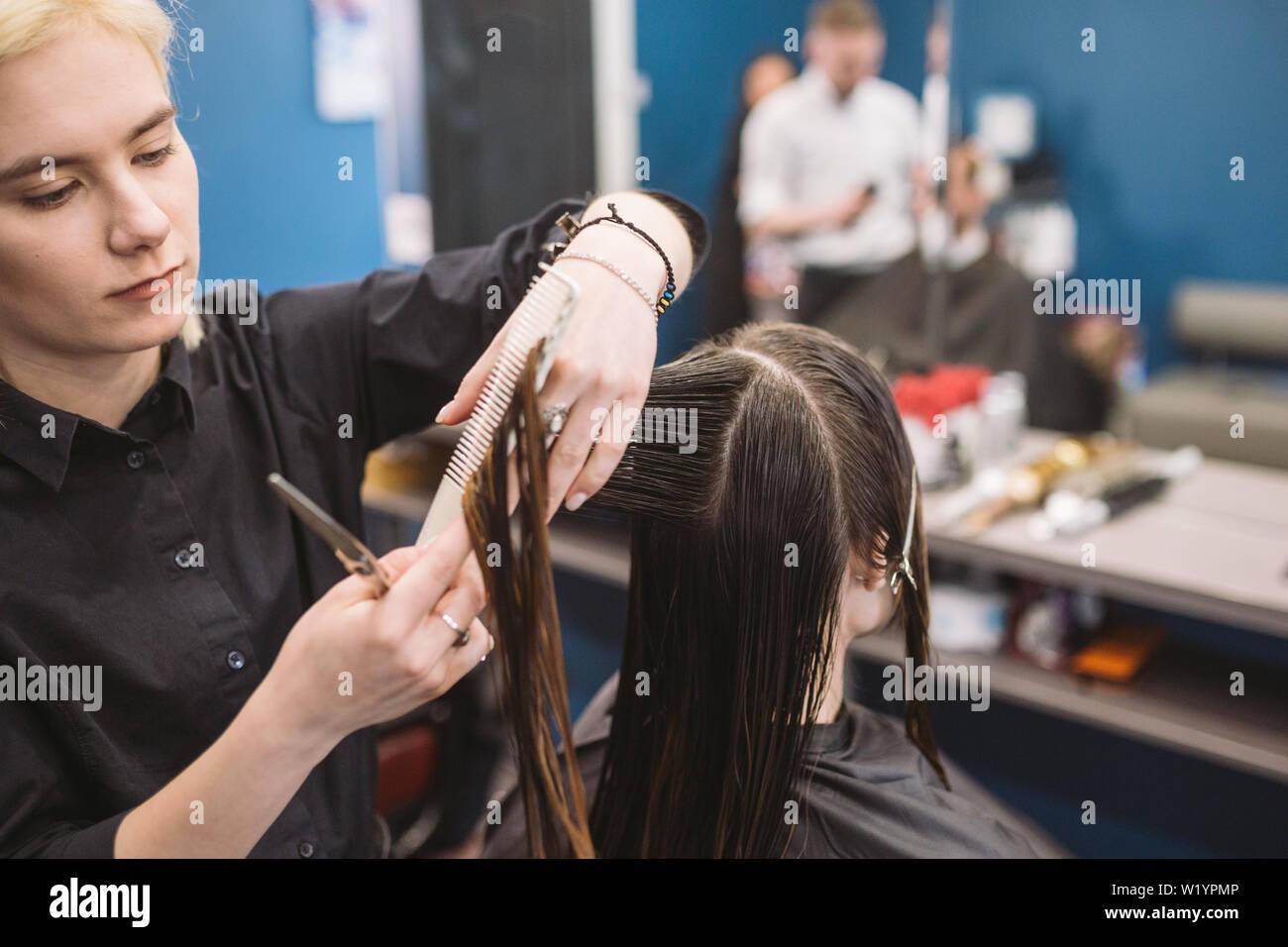 Friseur Holding Schere Und Kamm Und Macht Haarschnitt Frau Client