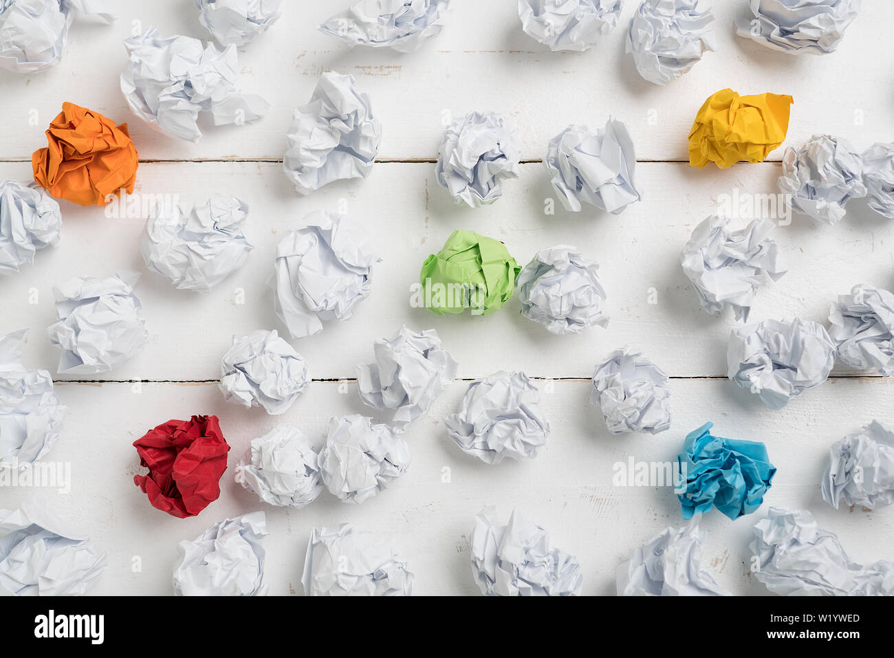Papier symbolisieren unterschiedliche Lösungen mit einigen ständigen heraus mit einer anderen Farbe zerknittert Stockfoto