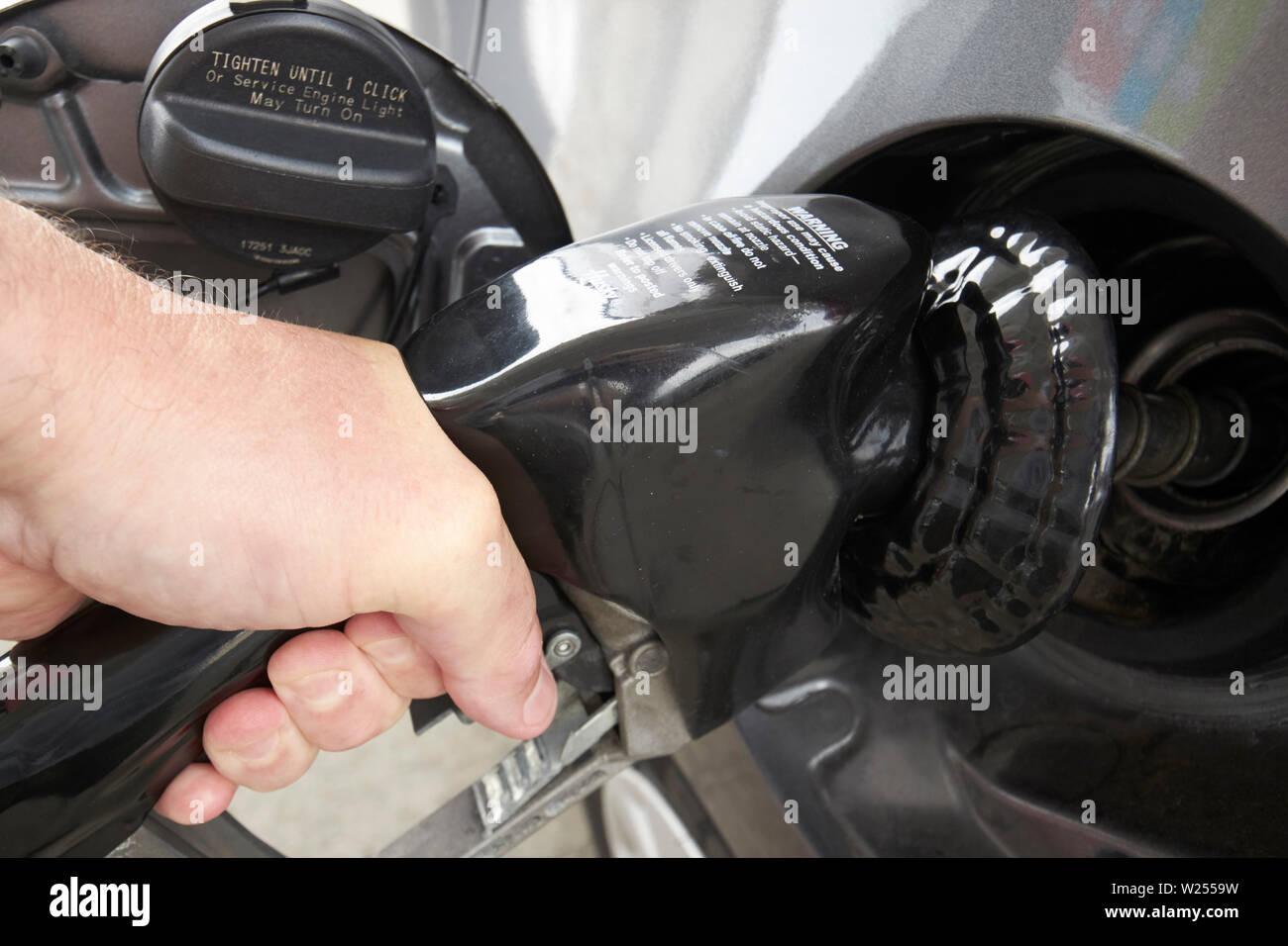 Mann die Betankung mit normalbenzin von der Pumpe in Jacksonville Florida USA Stockbild