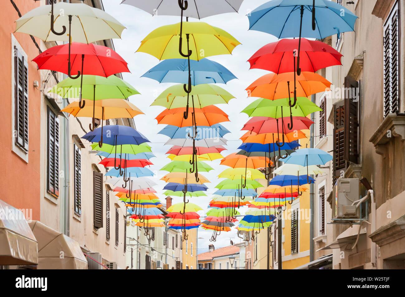 Novigrad, Istrien, Kroatien, Europa - malerische bunte Sonnenschirme in den Gassen von Novigrad Stockfoto
