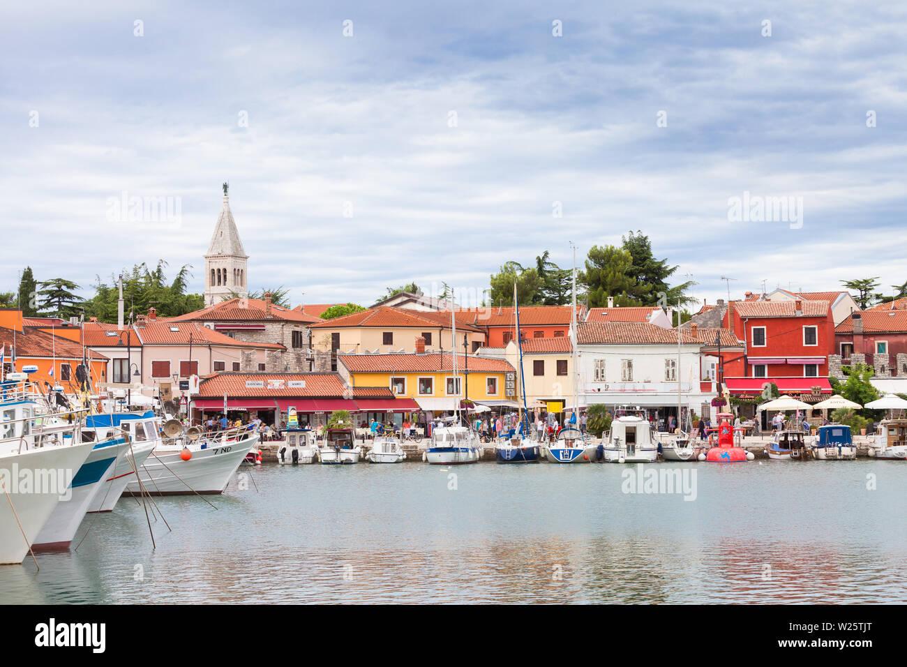 Novigrad, Istrien, Kroatien, Europa - 3. SEPTEMBER 2017 - Boote und Häuser rund um den Hafen von Novigrad Stockfoto