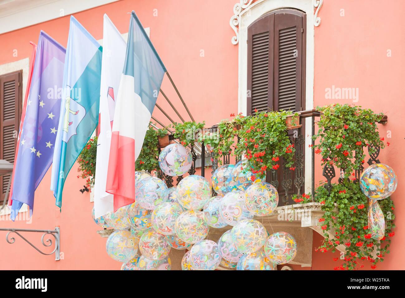 Novigrad, Istrien, Kroatien, Europa - Flaggen und beachballs bei einem malerischen Balkon Stockfoto
