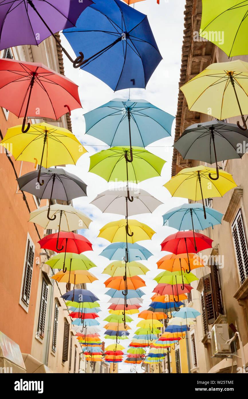 Novigrad, Istrien, Kroatien, Europa - bunte Sonnenschirme in gebunden ist Freiheit zu feiern. Stockfoto