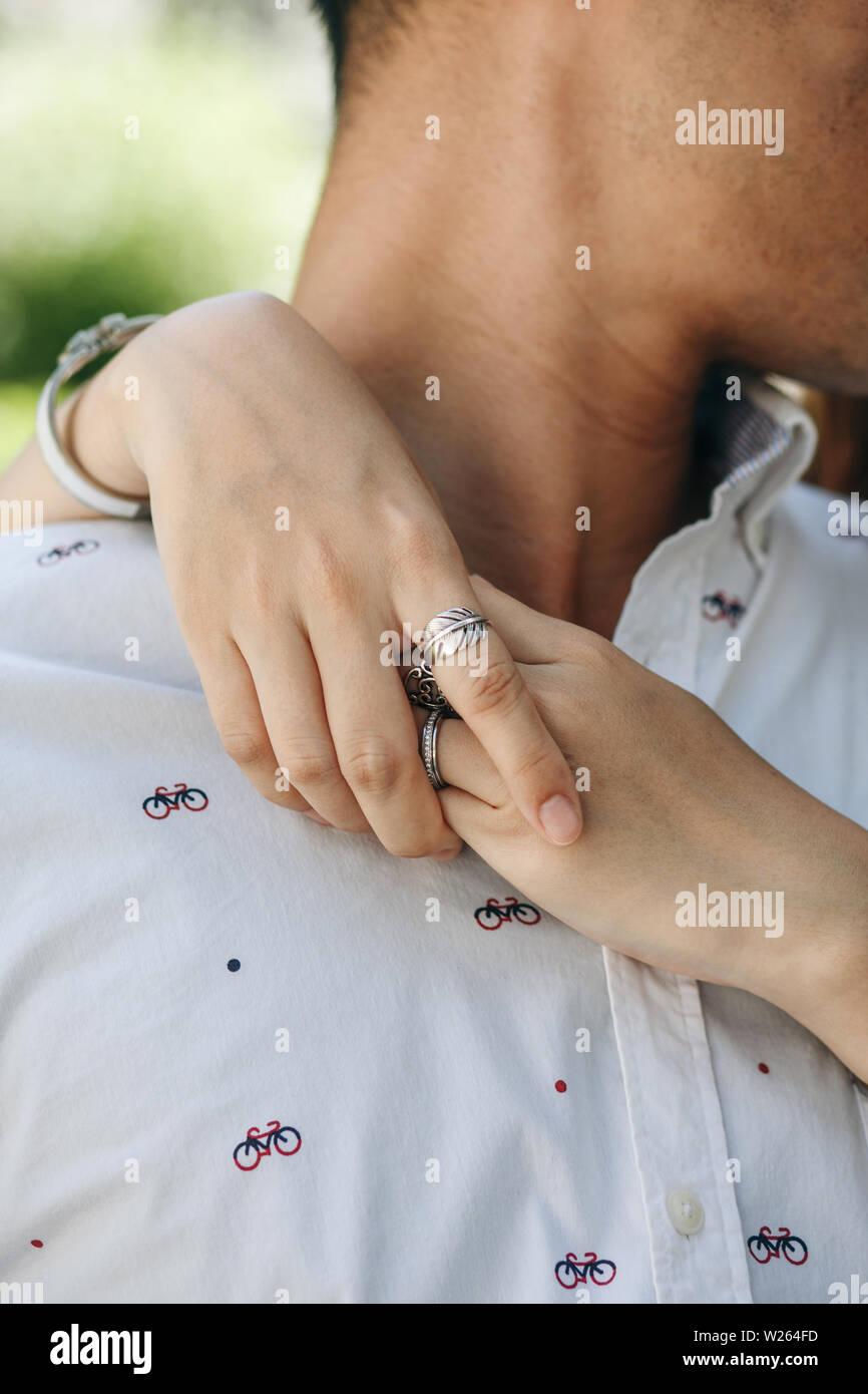 Nahaufnahme von einer Frau umarmt einen Mann. Enge Beziehung oder Flirt oder Liebe. Stockfoto