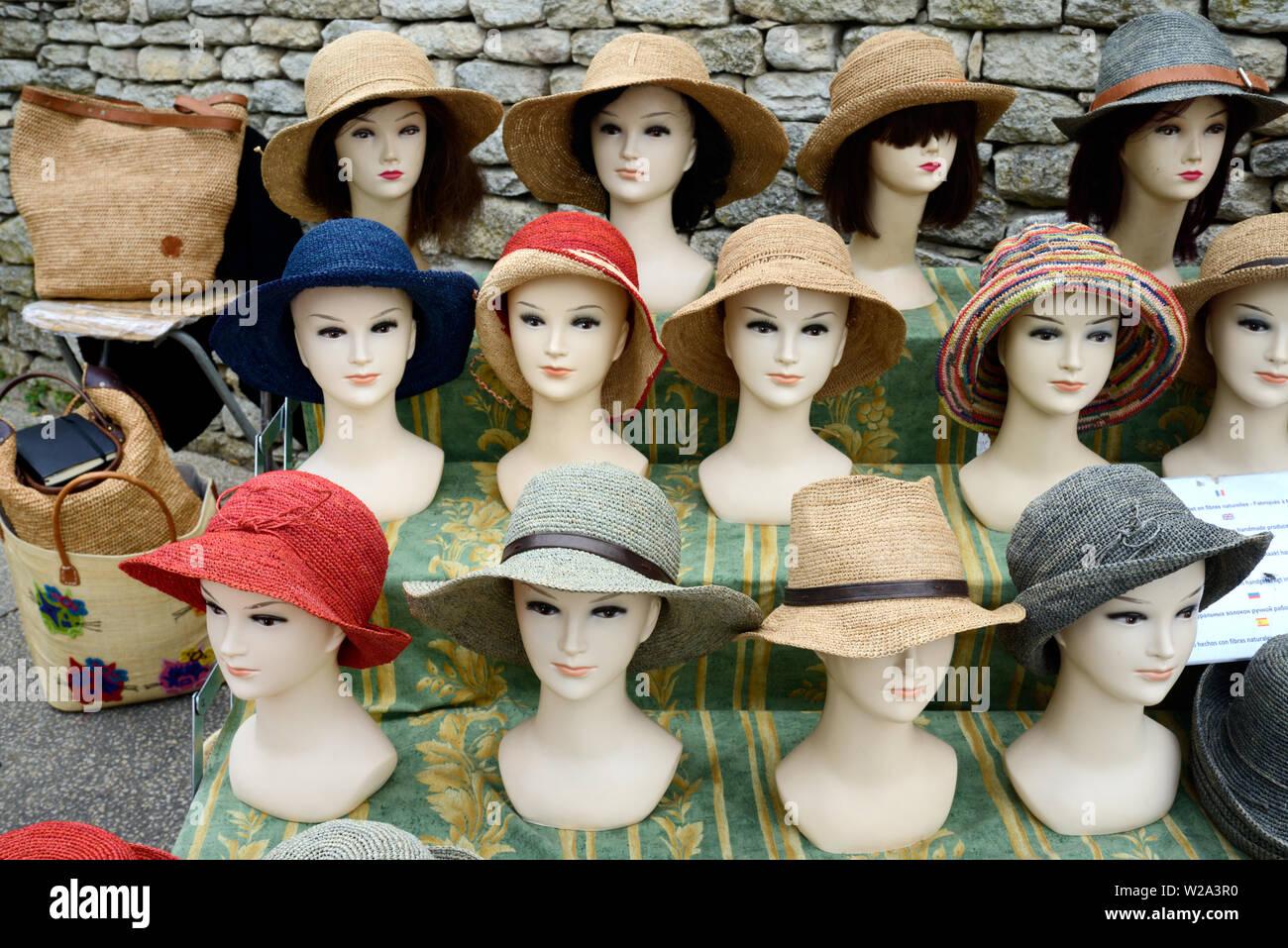 Stroh Hüte oder Raphia Hüte Hut Anzeige auf Dummy Staats- oder Mannequins am Marktstand Bonnieux Luberon Provence Stockfoto