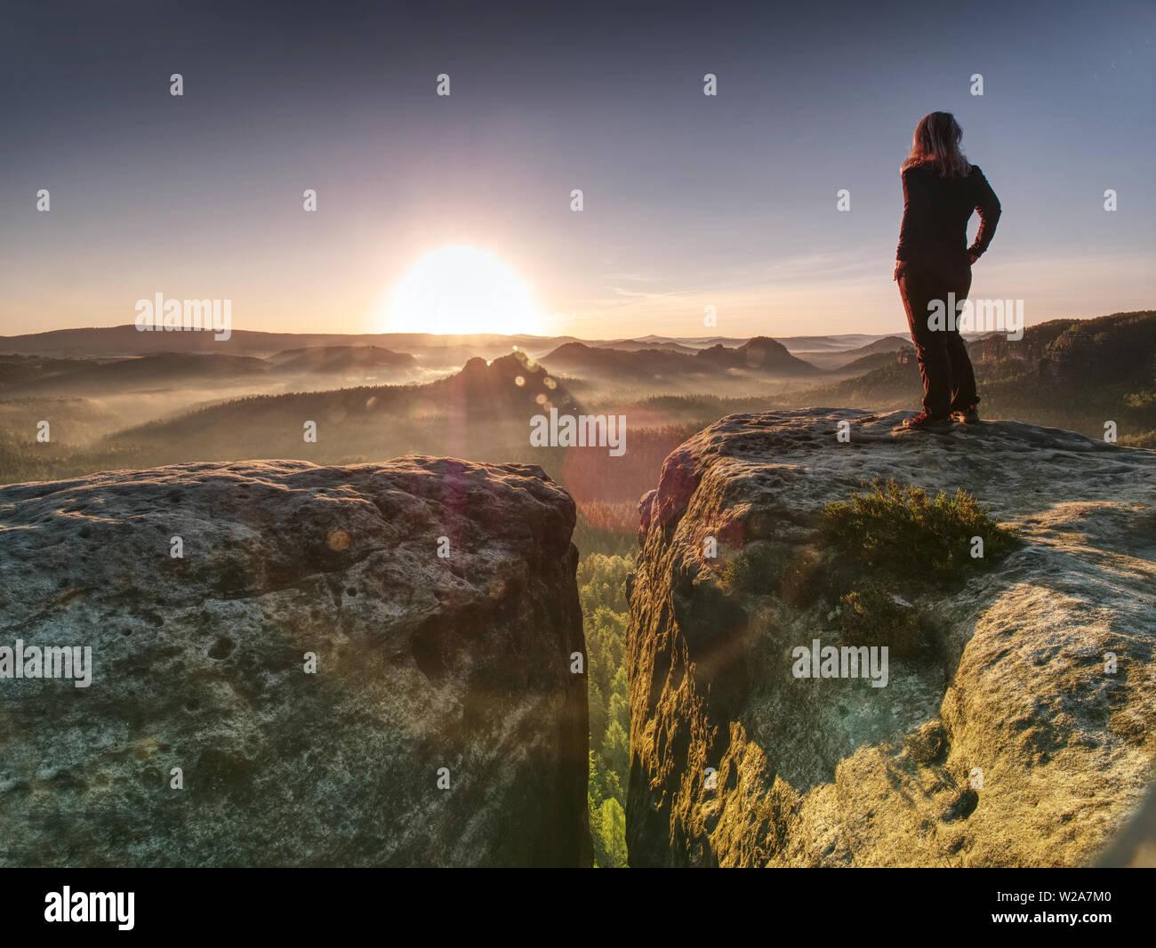 Allein Frau Wanderer Modell in der wilden Natur in herrlicher Sonnenaufgang. Misty Valley irgendwo im hügeligen ladscape. Stockbild