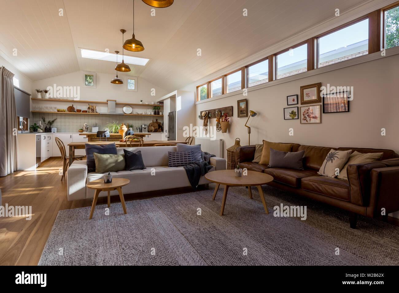 Wohnzimmer Esszimmer Und Kuche In Einem Land Mit Einer Gewolbten Decke Und Markieren Sie Windows Offnen Stockfotografie Alamy