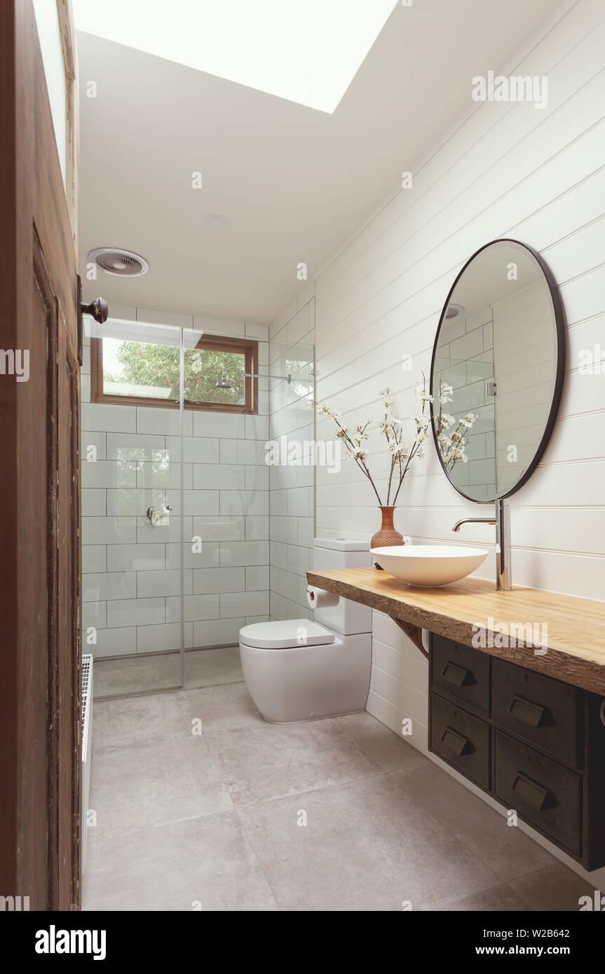 Badezimmer mit weißen Fliesen, der U-Bahn weiß Holzschalung ...