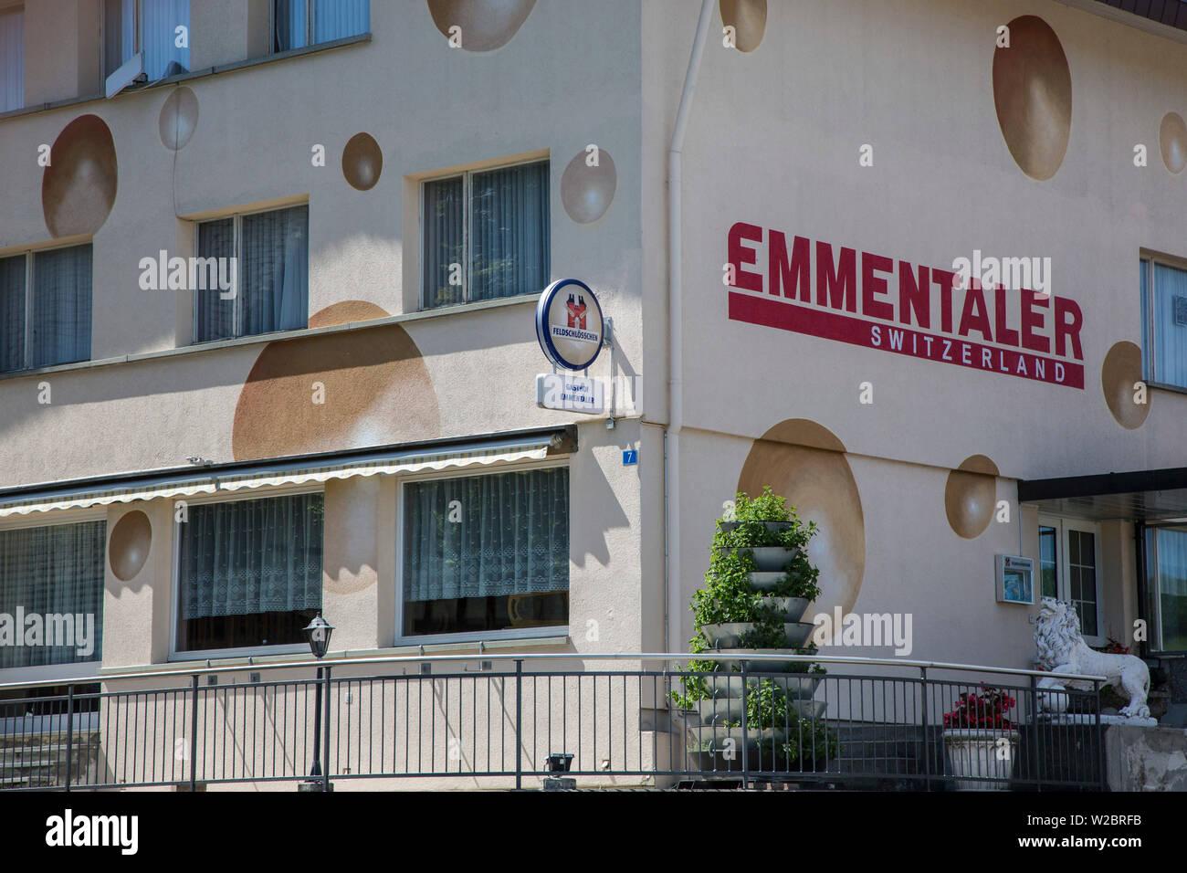 Pension gemalt wie ein Emmentaler Käse, Emmental, Berner Oberland, Schweiz Stockbild