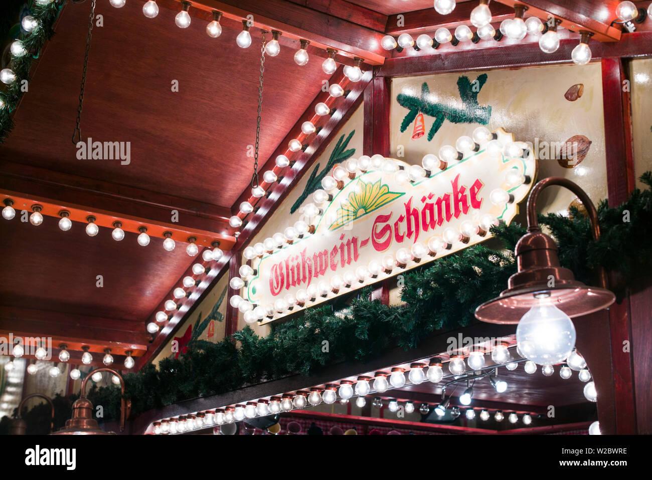 Deutschland, Berlin, Charlottenburg, Kurfurstendam, Stadt Weihnachtsmarkt melden für Glühwein bar, Verkauf von Glühwein Stockfoto