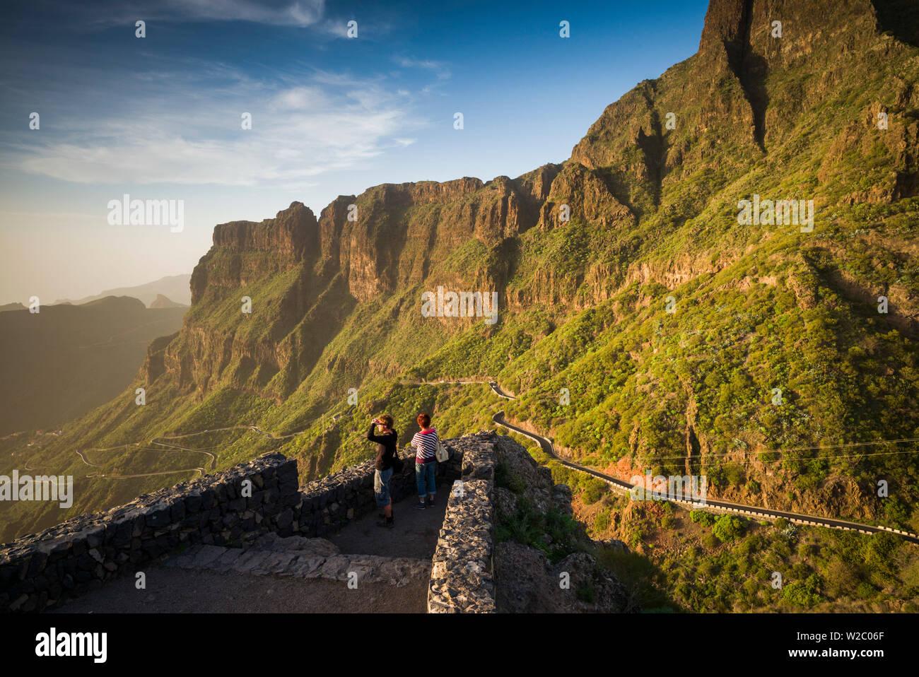 Spanien, Kanarische Inseln, Teneriffa, Masca, erhöhten Blick auf die Bergstraße Stockbild