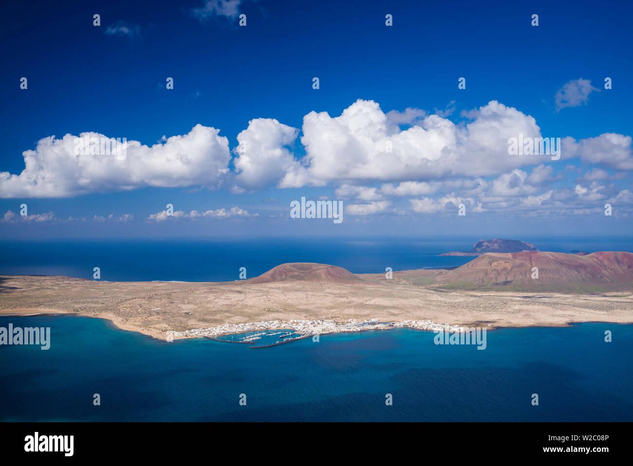 Spanien, Kanarische Inseln, Lanzarote, Ye, erhöhte Ansicht über Isla Graciosa Insel Stockbild