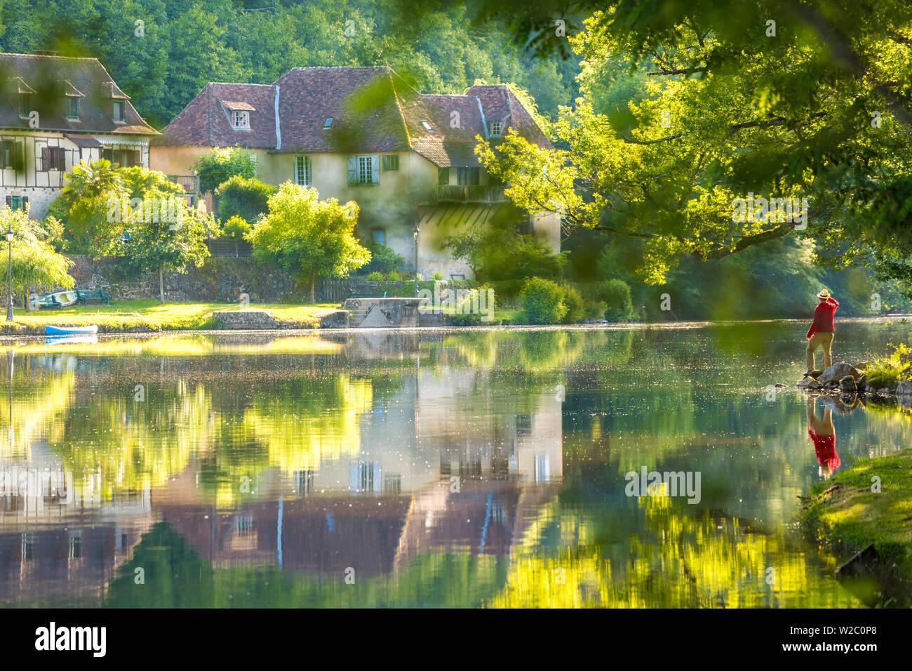 Mann bewundern Fluss Dordogne in Beaulieu Sur Dordogne, Correze, Limousin, Frankreich Stockfoto