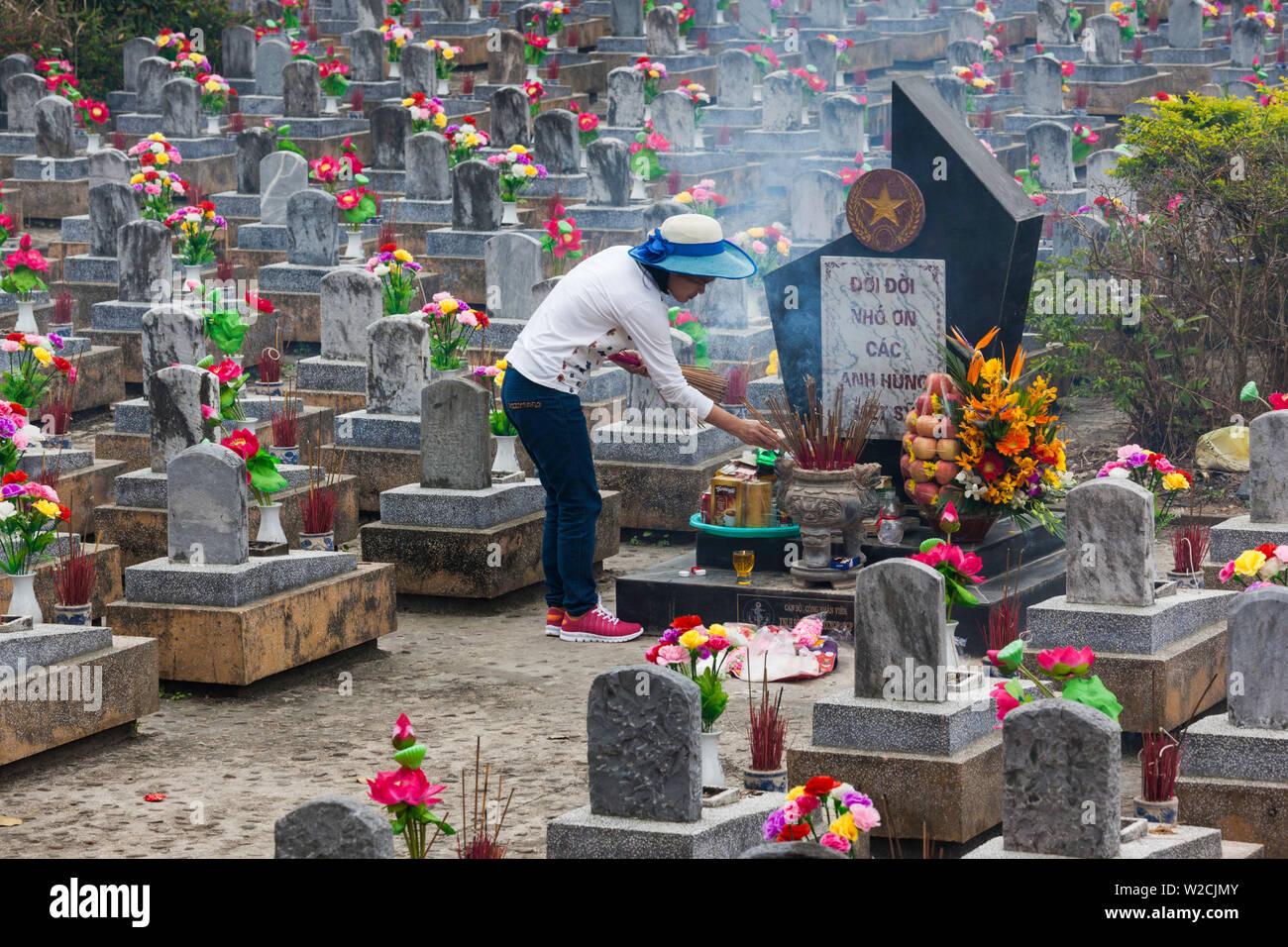Vietnam, DMZ-Bereich, Provinz Quang Tri, Truong Son National Military Cemetery, Grabsteine Stockbild