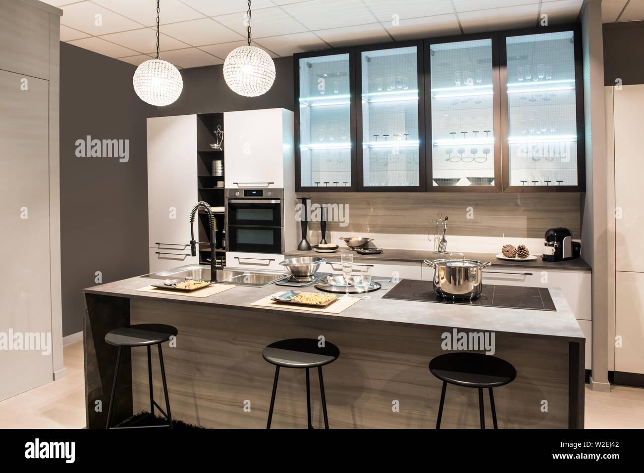 Moderne Küche mit Insel und Barhockern mit modernen Schränke ...
