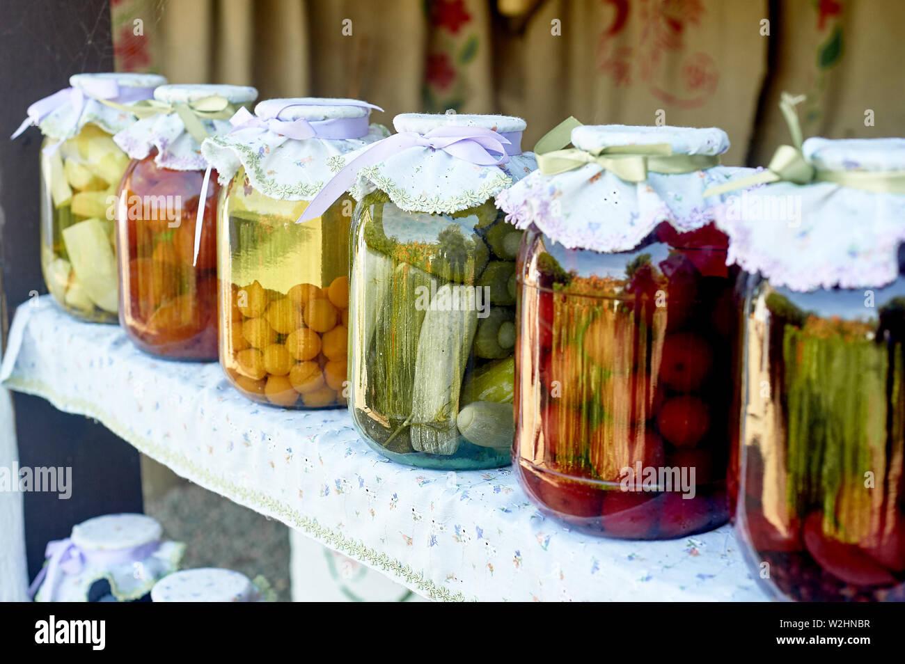 Erhaltung Salzen in großen Gläsern. Vorräte für den Winter. Konservierung von Obst und Gemüse für den Winter. Konserven in Gläsern. Stockfoto