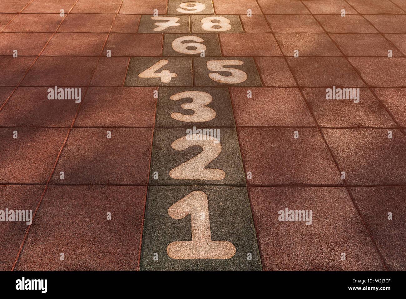 Hopse Spiel auf einem Spielplatz für Kinder, die in der Perspektive Stockfoto