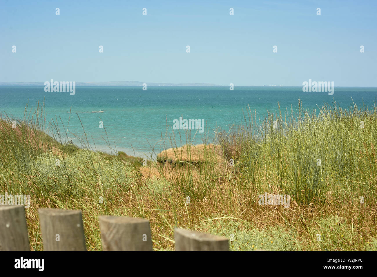 Holzzaun, hohes Gras, Strand und Meerblick.Einfache Schönheit Stockfoto