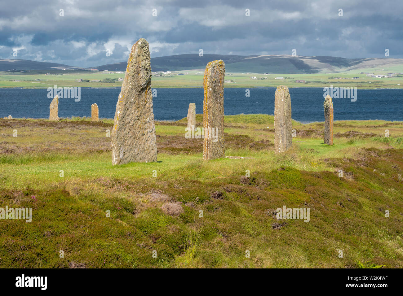 Der Ring von Brodgar ist ein neolithisches Henge und Stone Circle ca. 6 km nord-östlich von Stromness auf dem Festland, der größten Insel Orkney, Scotlan Stockfoto