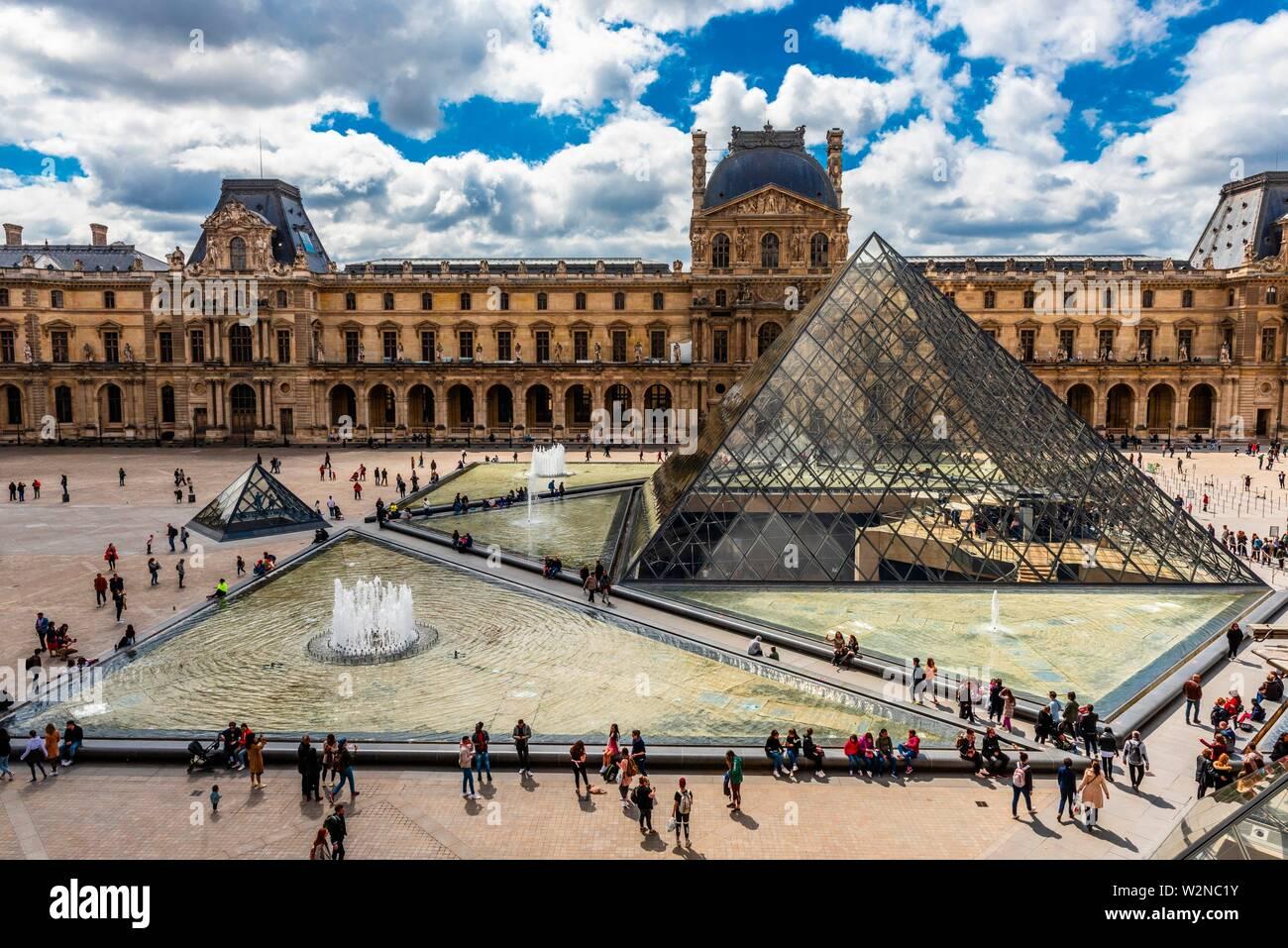 Der Louvre Pyramide (Pyramide du Louvre) ist eine große Pyramide aus Glas und Metall gestaltet von chinesisch-amerikanischen Architekten I.M.Pei, durch drei umgeben Stockfoto
