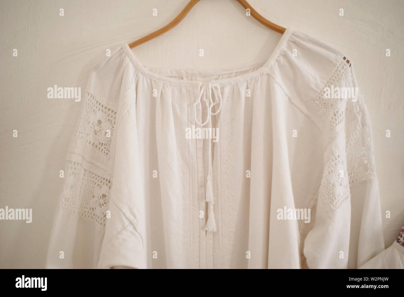 Alte weiße Bettwäsche T-Shirt. Die Tracht der Kosaken. Einfache Stoffe, Ethnien. Stockfoto