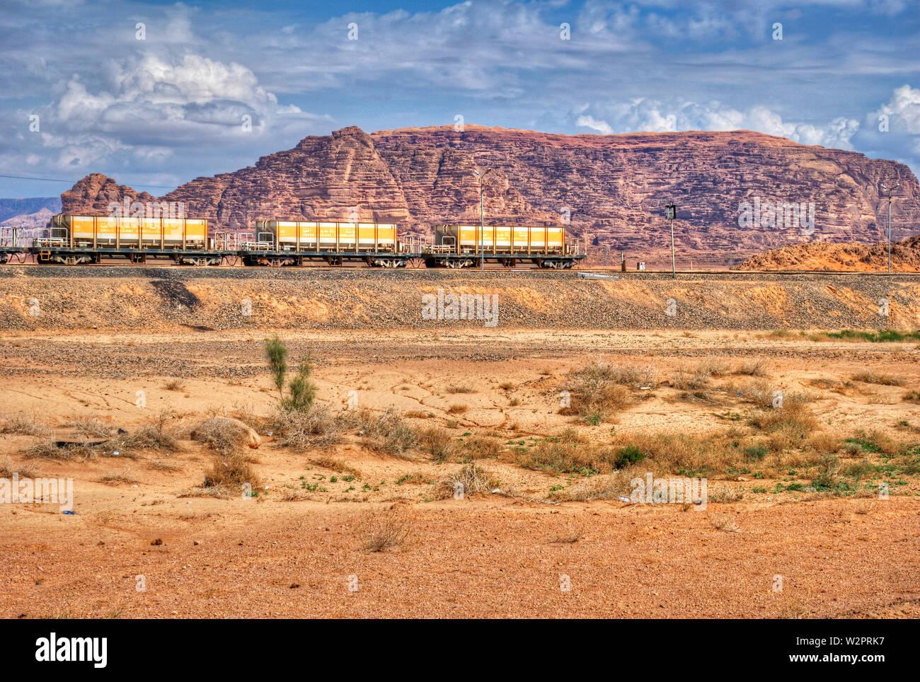 Lok Zug in Wadi Rum Wüste, Jordanien. Eisenbahn durch die Berge. Transport Thema. Stockfoto