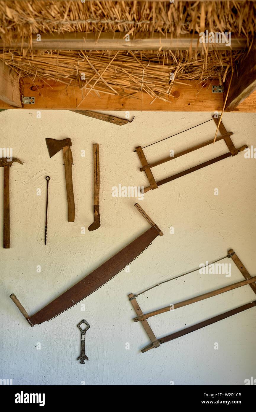 Werkzeuge an der Wand der Hütte.Hammer, Säge, Metall und Holz Stockfoto