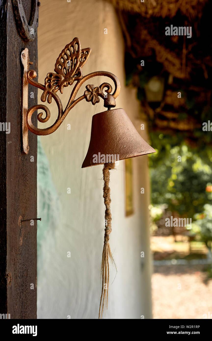 Alte Metall Bell durch die Tür. Retro Stockfoto