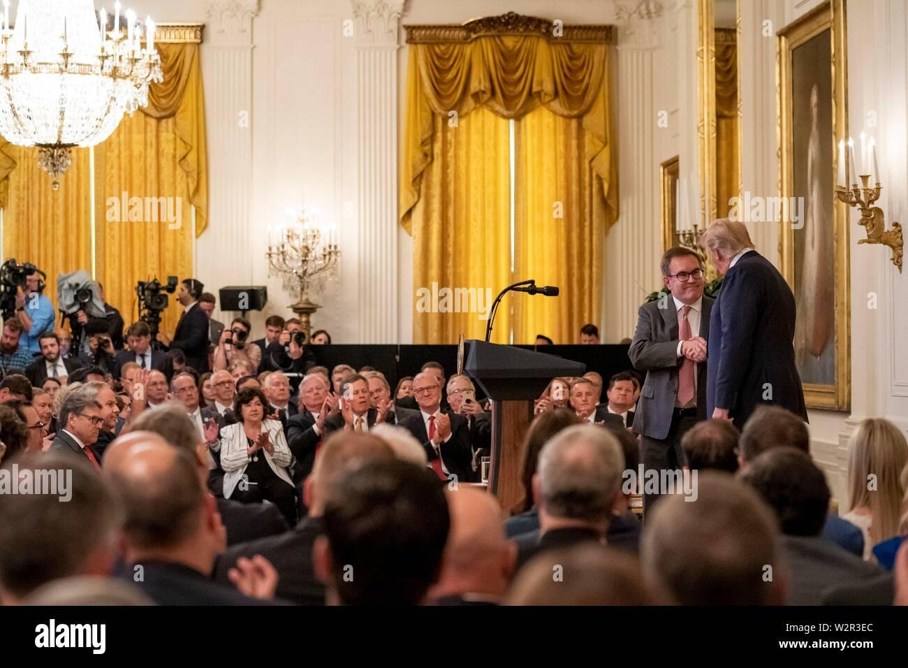 Us-Präsident Donald Trump dank Environmental Protection Agency, Administrator Andrew Wheeler nach seinen Ausführungen im East Room des Weißen Hauses Juli 8, 2019 in Washington, DC. Der Präsident eine Ansprache über die Führung. Stockfoto