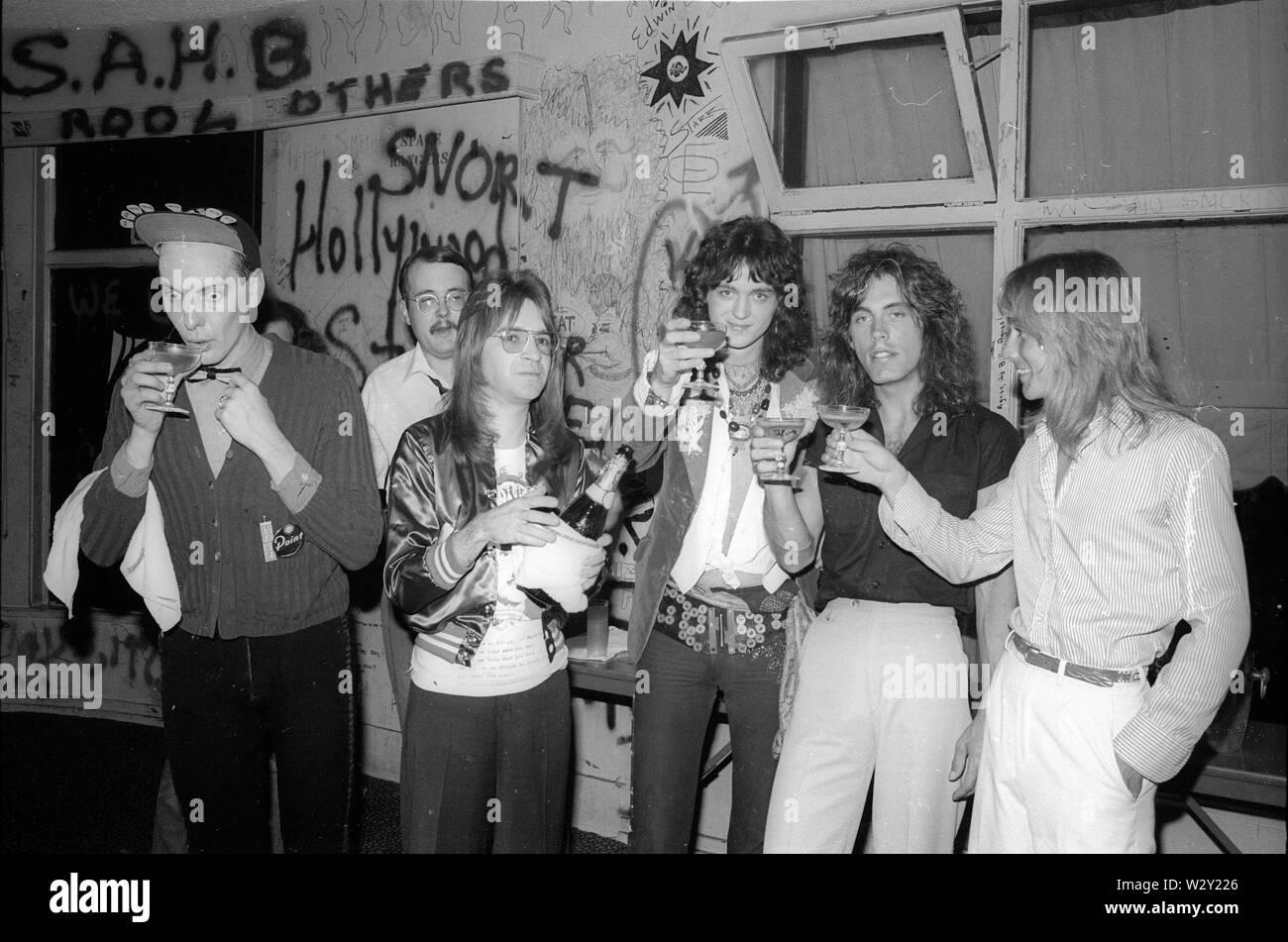 CHEAP TRICK UNS rock Gruppe von links: Rick Nielsen, Bun E.Carlos, DJ Rodney Bingenheimer, Tom Petersson und Robin Zander backstage bei nach einem Gig über 1977 an der Whisky in Los Angeles, Kalifornien. Foto: Jeffrey Mayer Stockfoto