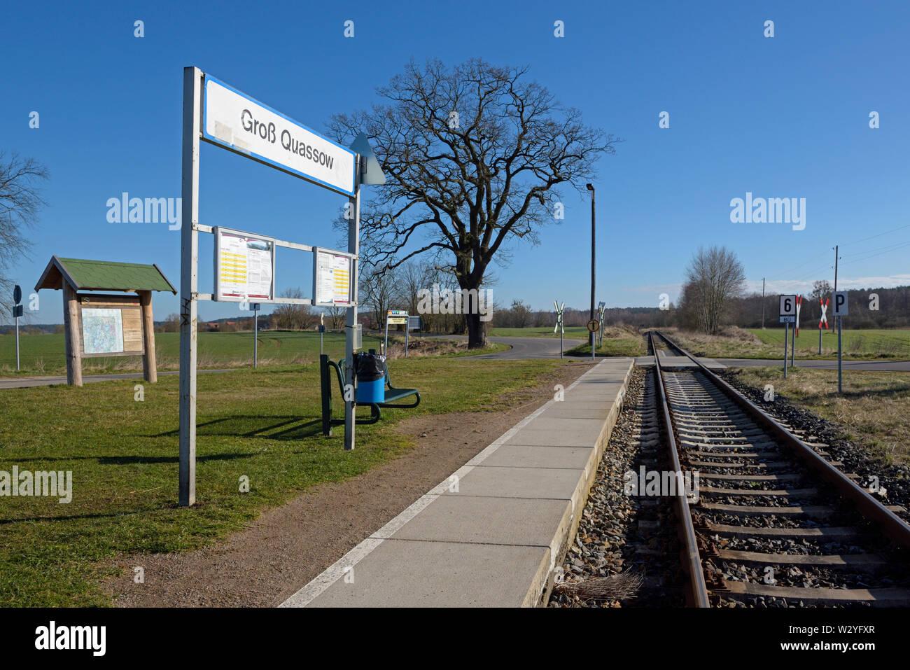 Kleiner Bahnhof, April, Gross Quassow, Mecklenburg-Vorpommern, Deutschland Stockfoto