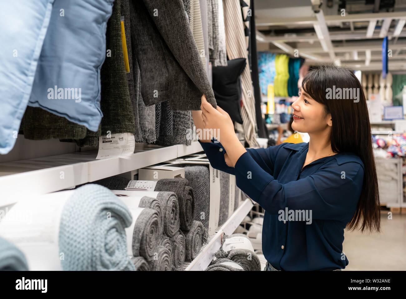 Asiatische Frauen entscheiden sich für einen neuen Teppich in der Mall zu kaufen. Einkaufsmöglichkeiten für Lebensmittel und Haushaltswaren sind in Märkte, Supermärkte oder großen Shopping Cent erforderlich Stockfoto