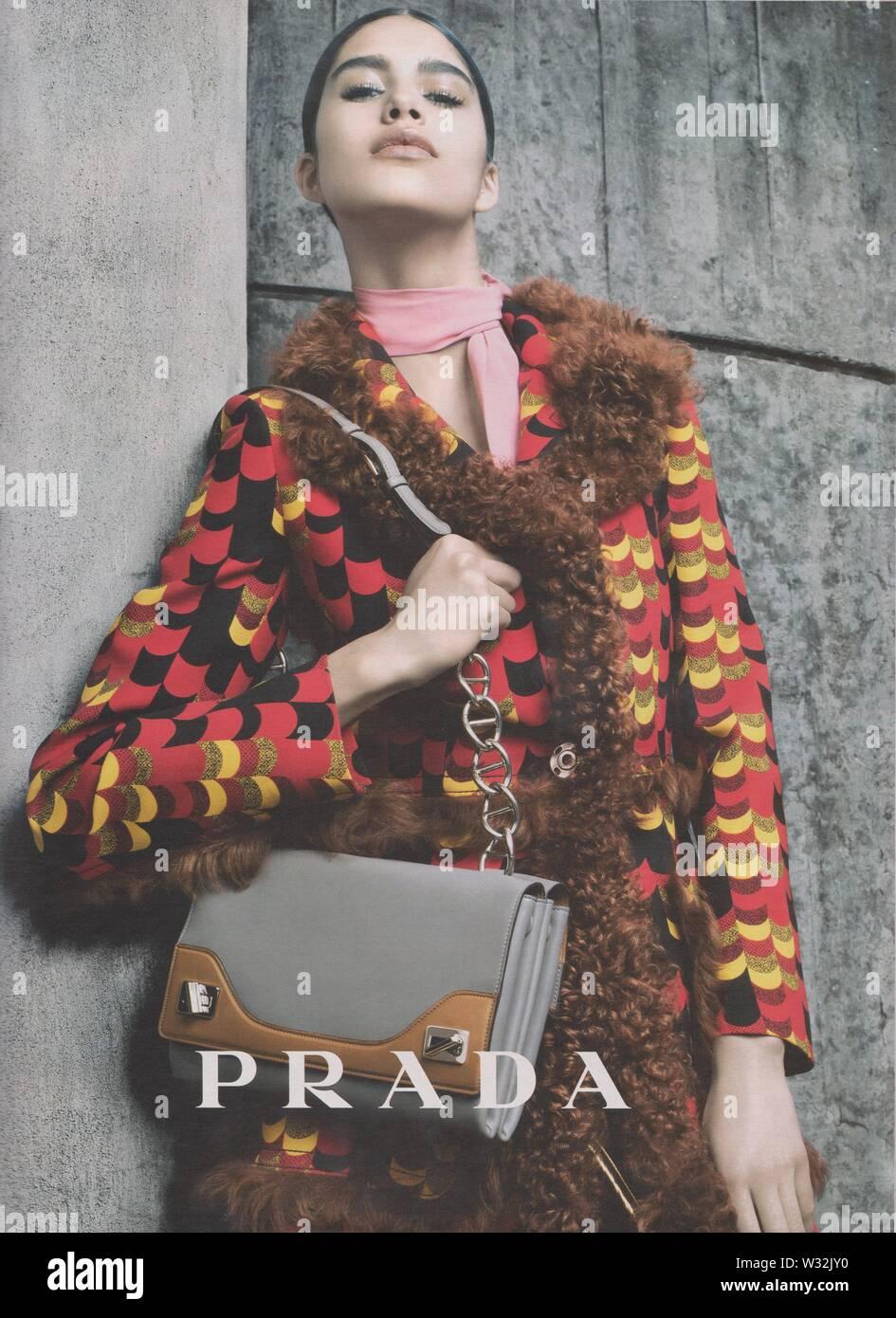 Plakat werbung PRADA weibliche model in Papier Magazin von 2014 Jahr, Werbung, kreative PRADA Anzeige von 2010 s Stockbild
