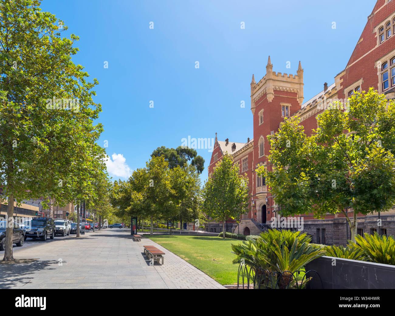 North Terrace mit dem brookman Hall Gebäude der Universität von South Australia (UniSA) auf der rechten Seite, City East Campus, Adelaide, South Australia Stockfoto