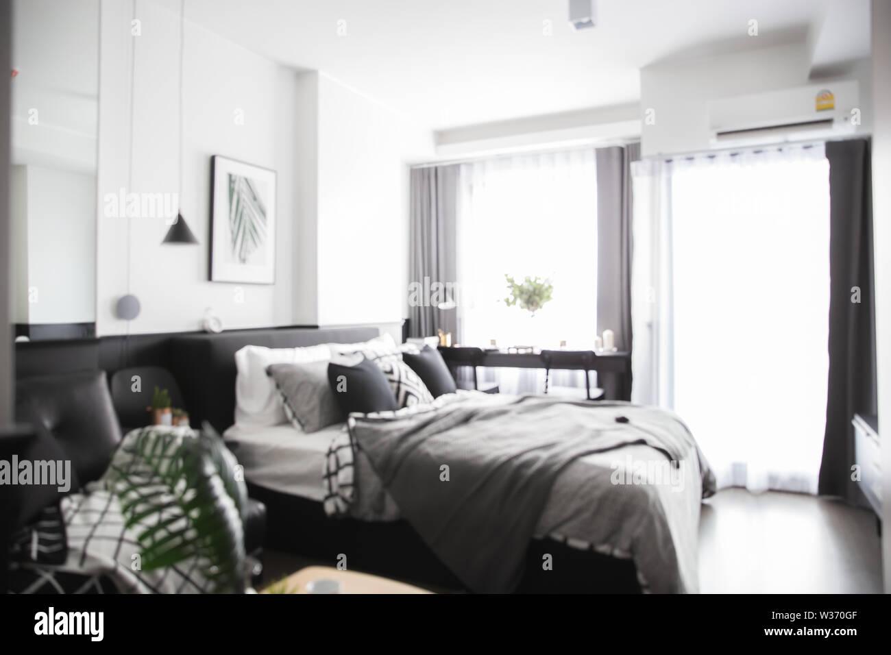 Verschwommen Schlafzimmer Mit Weissen Und Grauen Bett Einfache Poster Uber Dem Bett Hangen Mit Vielen Kissen Und Graue Decke Im Schlafzimmer Einrichtung Mit Grunen Blattern Stockfotografie Alamy