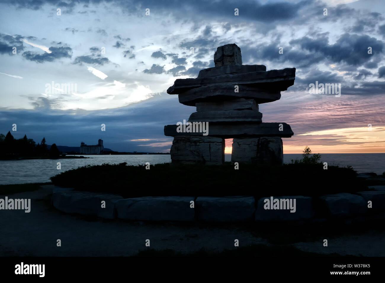 Canada Ontario Collingwood, Inukshuk at Sunset Point at Sunset Point at Sunset, Juni 2019, Inushuk Stone Landmark, We were Here, Stockfoto