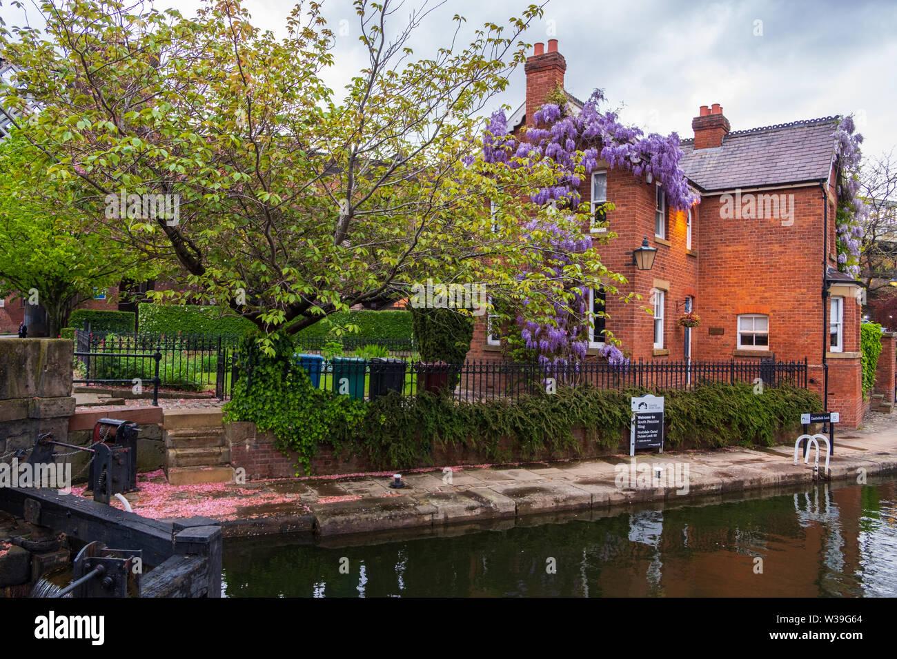 Manchester, Großbritannien - 25 April 2019: atmosphärische Szene der restaurierten Viktorianischen Kanalsystem in Castlefield Gegend von Manchester Stockfoto