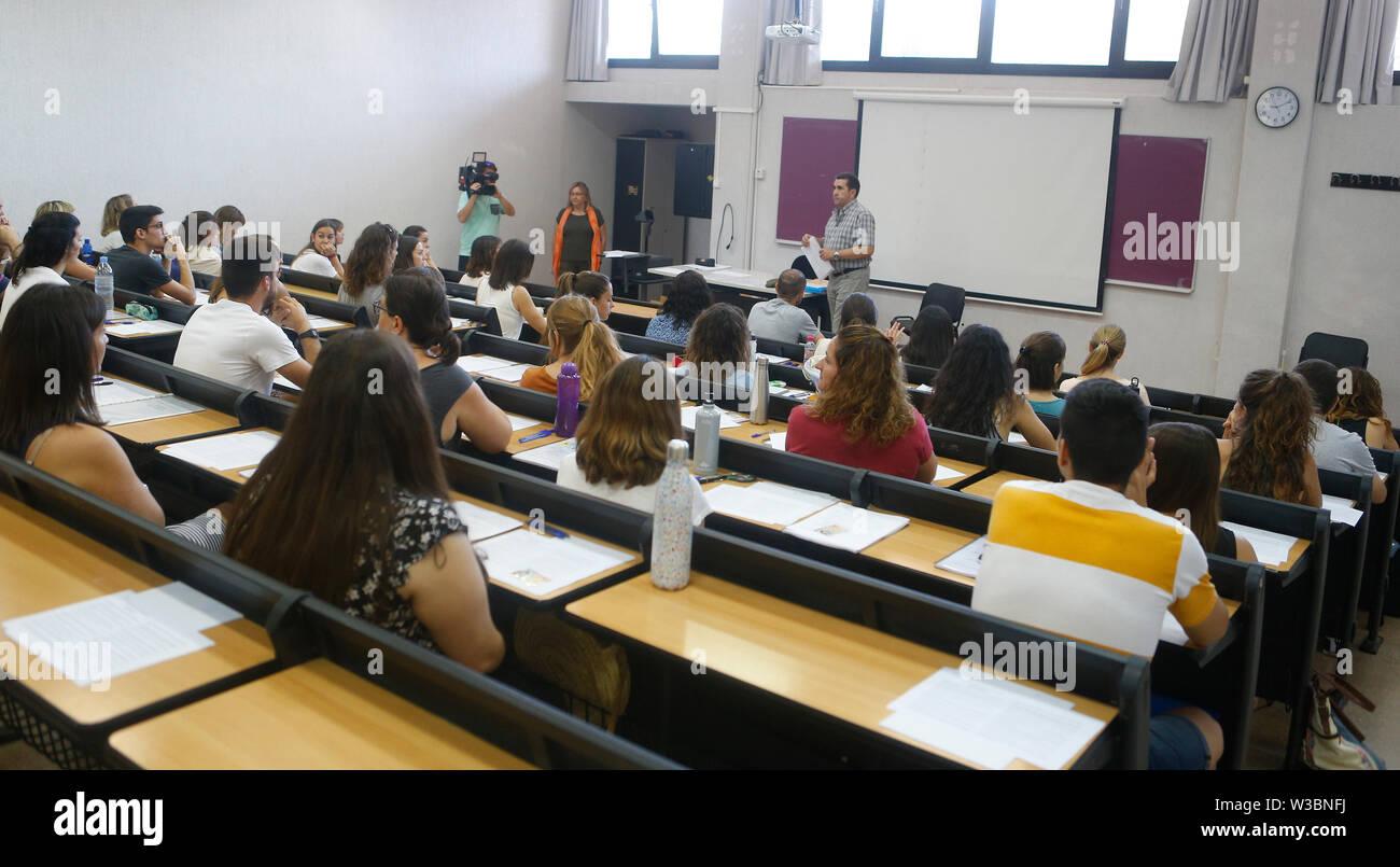 Palma de Mallorca/Spanien - Juni 22, 2019: Lehrer gesehen, bevor sie in einem Klassenzimmer, Alleen, ihre Arbeitskraft oder Spezialität in zu verbessern Stockbild